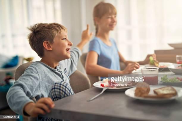Kinder essen Ihr Frühstück auf der sonnigen Morgen