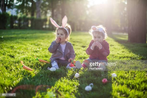Kinder essen Ostereier