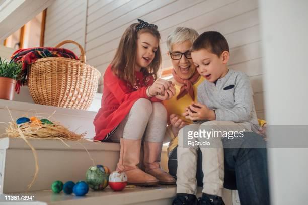 miúdos que comem ovos de easter com avó - easter family - fotografias e filmes do acervo