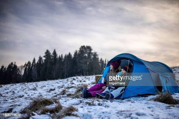 孩子們喜歡在山上的帳篷里露營 - 跟拍鏡頭 個照片及圖片檔