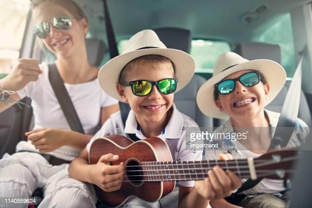ロードトリップを楽しむ子供たち - 車内 ストックフォトと画像