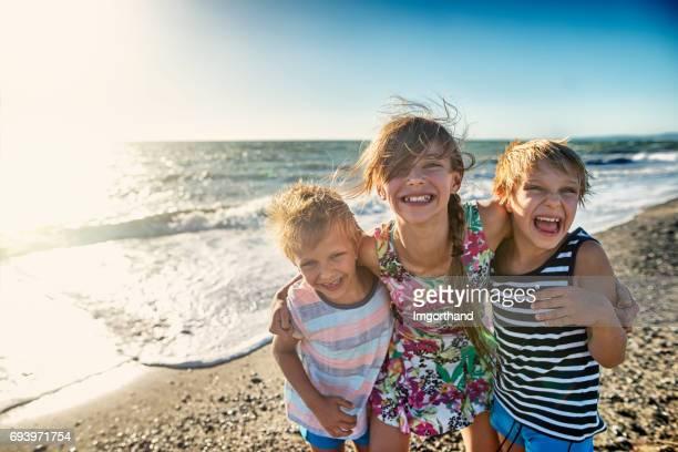 Niños disfrutando de playa Toscana