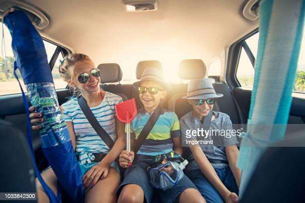niños van a la playa en coche - family inside car fotografías e imágenes de stock