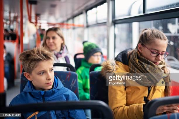 kinderen naar school met het openbaar vervoer - bus stockfoto's en -beelden