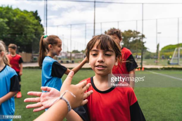 kids greeting each other before a soccer match - fair play sport foto e immagini stock