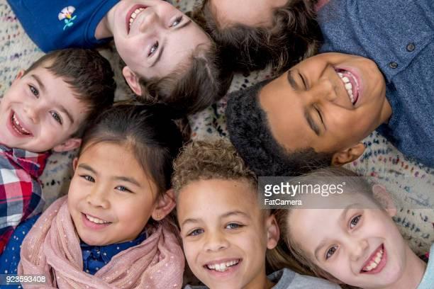 crianças saindo juntos - class photo - fotografias e filmes do acervo
