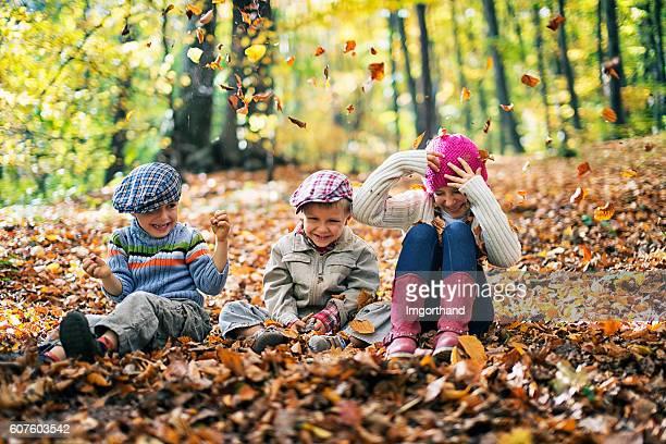 Les enfants s'amuser dans la Forêt d'automne
