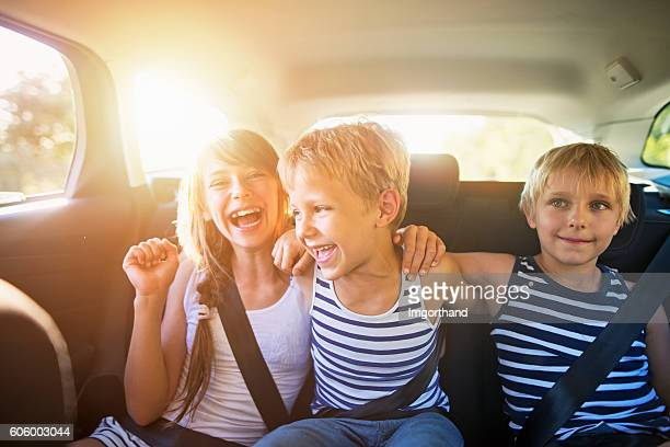 kids having fun in car on a road trip - irmão - fotografias e filmes do acervo
