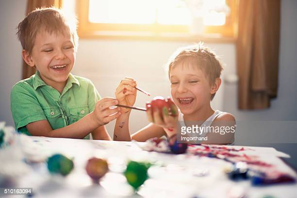 Kinder malen Ostereier Spaß haben