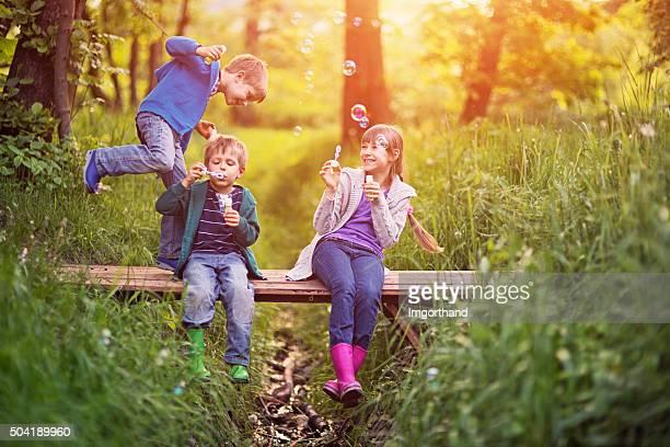 Kinder, die Spaß mit Blasen