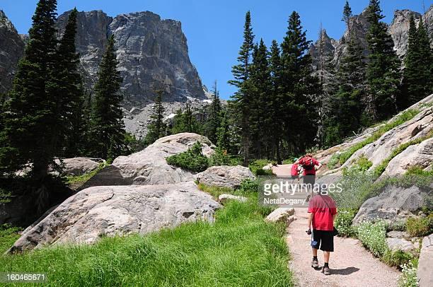 お子様のハイキングでロッキー Mtns 国立公園、コロラド州