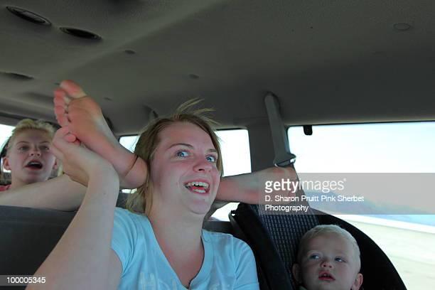 kids in family car with funny roadtrip psychosis - family inside car fotografías e imágenes de stock