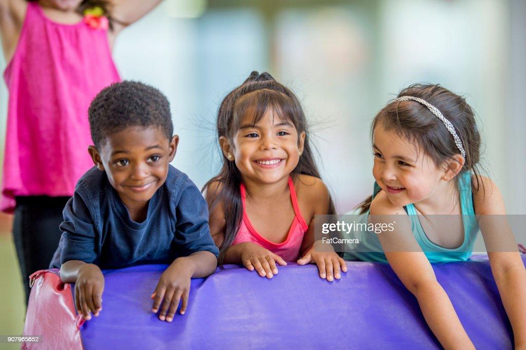 Enfants en classe d'éducation physique : Photo