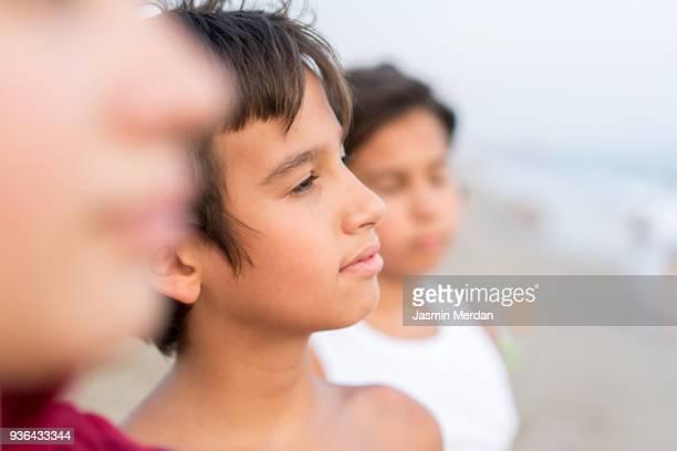 kids in row on beach - cultura árabe fotografías e imágenes de stock