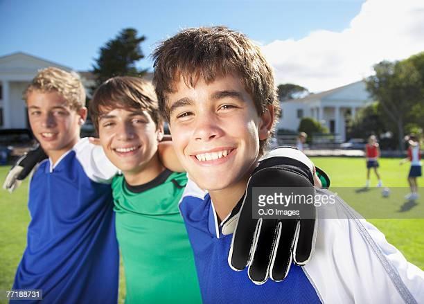 Los niños en la escuela gimnasio uniformes