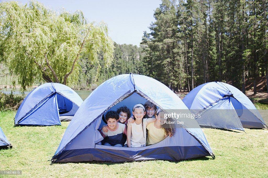 Kids in tent : Bildbanksbilder