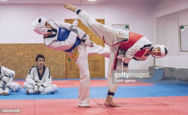 niños aprenden defensa personal - taekwondo fotografías e imágenes de stock