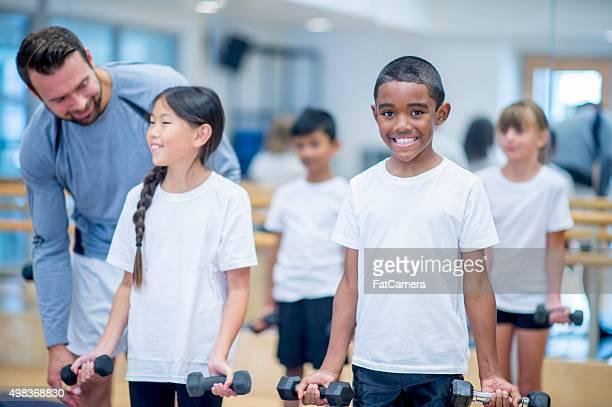 Niños de levantamiento de pesas