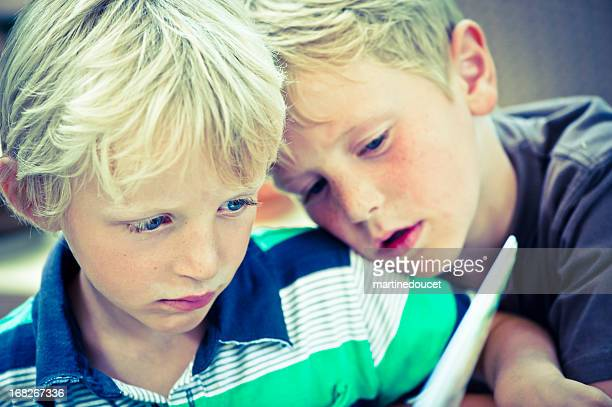 """kids looking at a computer screen. - """"martine doucet"""" or martinedoucet stock pictures, royalty-free photos & images"""