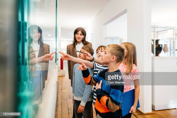 kids looking at objects on display in museum - education stock pictures, royalty-free photos & images