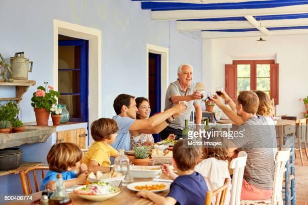 crianças a olhar para os pais brindando os óculos na mesa - almoço - fotografias e filmes do acervo