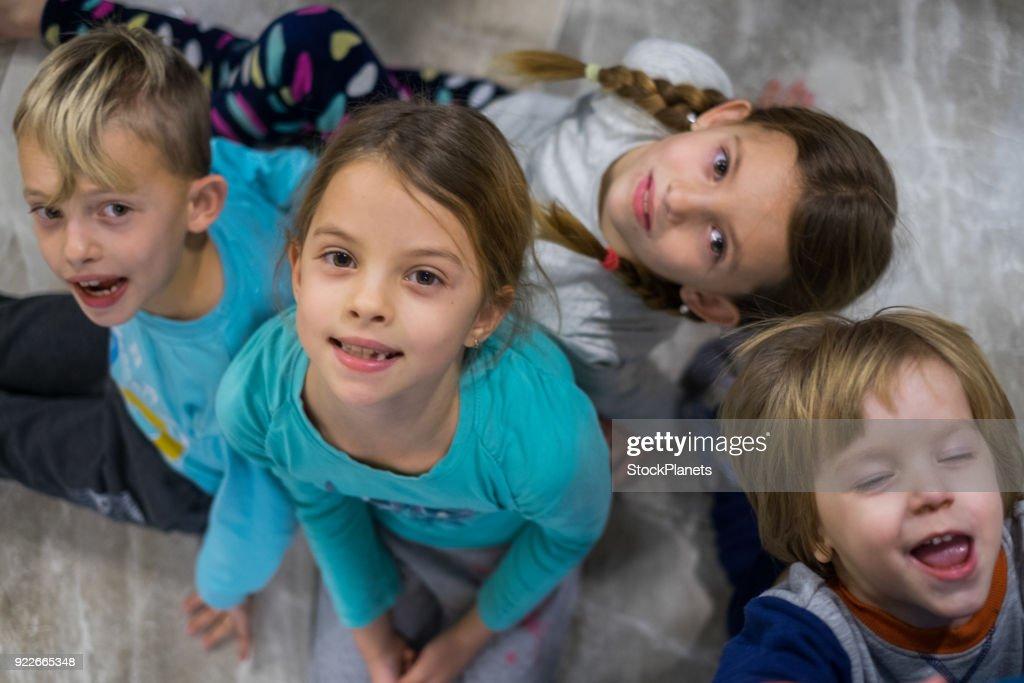 Kinder schaut in die kamera über ihnen stock foto getty images