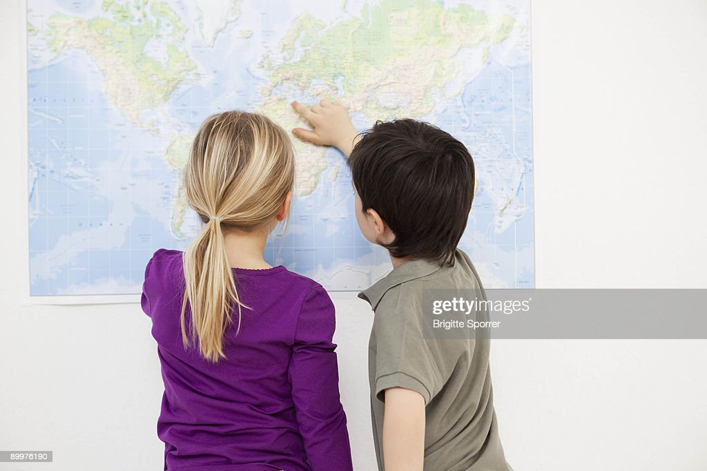 Kids Looking At World Map Stock-Foto   Getty Images