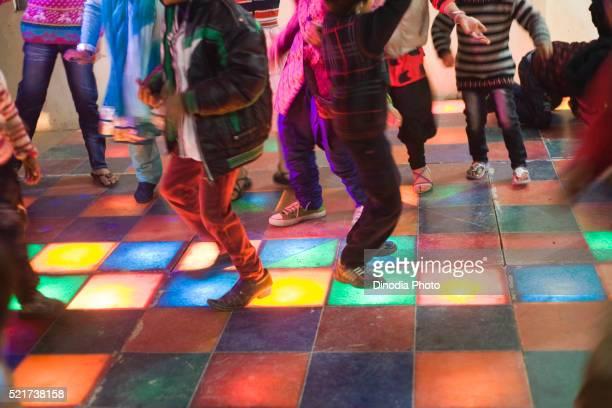 kids on dance floor, india, asia - dancing photos et images de collection