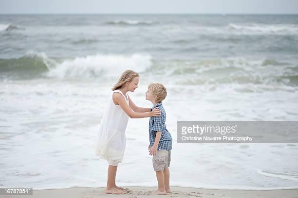 kids on the beach - gulf shores - fotografias e filmes do acervo