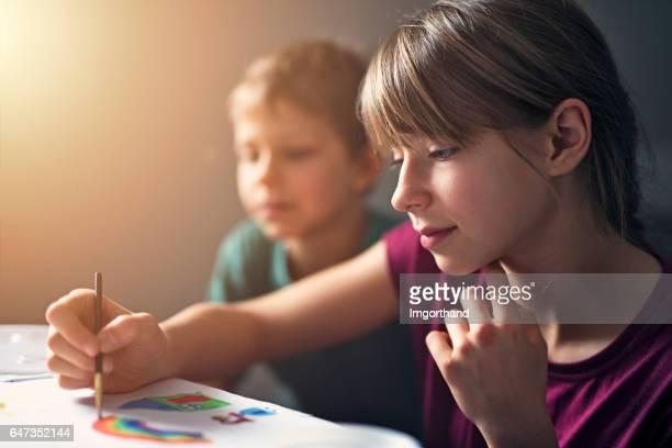 Kinderen schilderen met aquarel verven