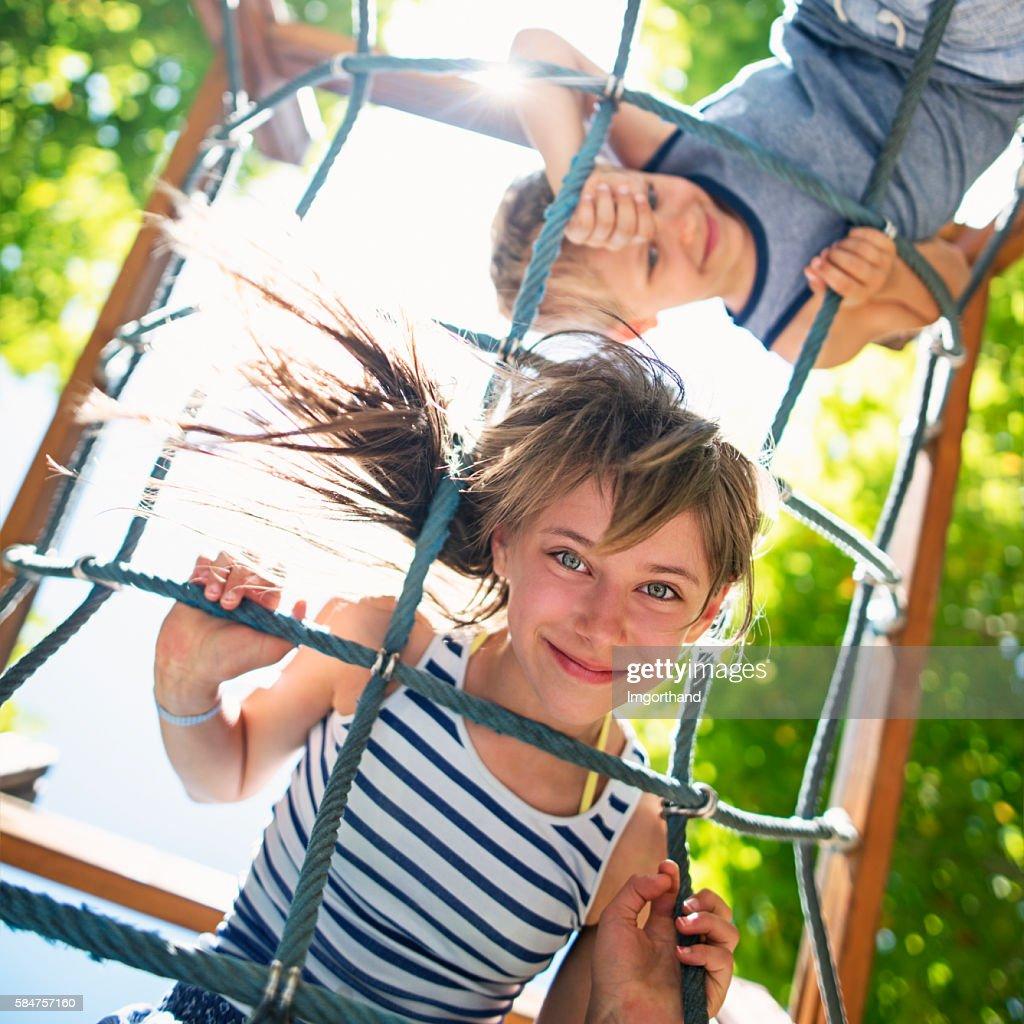 Kinder spielen am Spielplatz : Stock-Foto