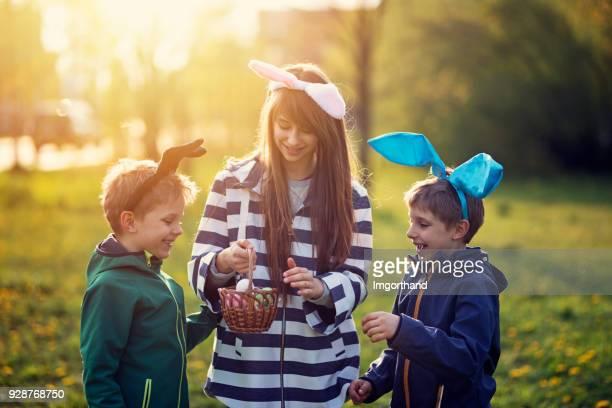 Enfants jouant la chasse aux oeufs de Pâques