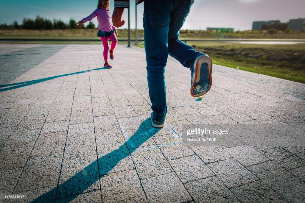 barn spelar hoppa hage på lekplats utomhus, speltid : Bildbanksbilder