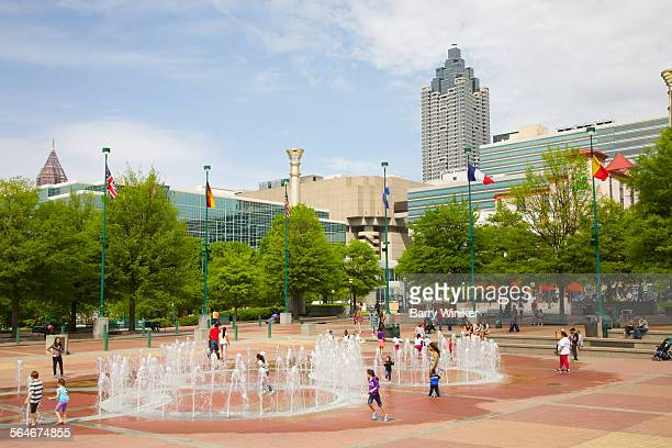 kids playing in fountain, atlanta - atlanta georgia stock pictures, royalty-free photos & images