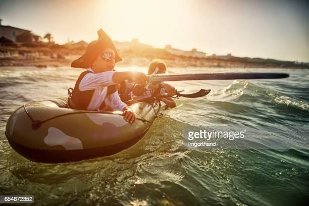 Enfants jouant des pirates en mer sur un bateau