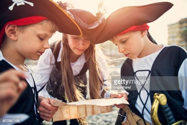 Kinderen spelen pirates op een strand