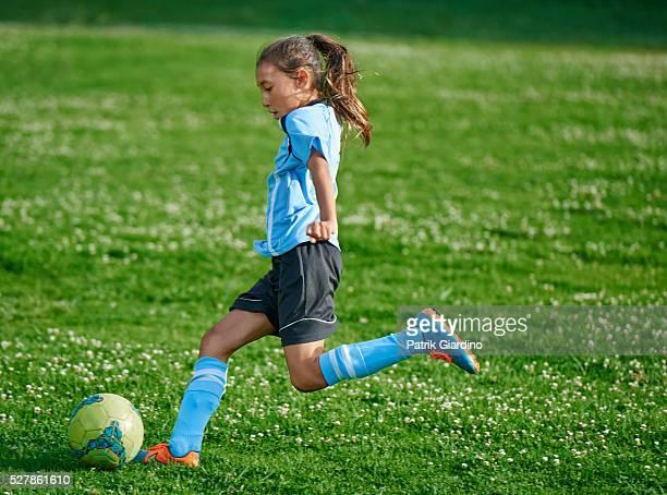 kids playing soccer - sporting term - fotografias e filmes do acervo