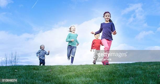 鬼ごっこお子様とご一緒にランニングで、公園 - kids playing tag ストックフォトと画像