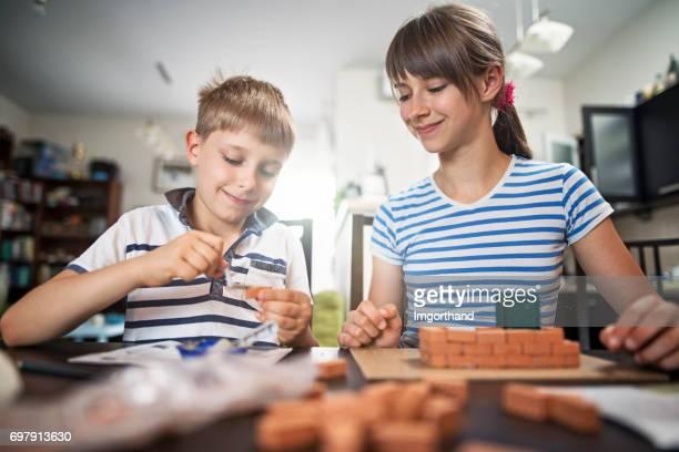 Niños jugando con ladrillos de juguete en casa