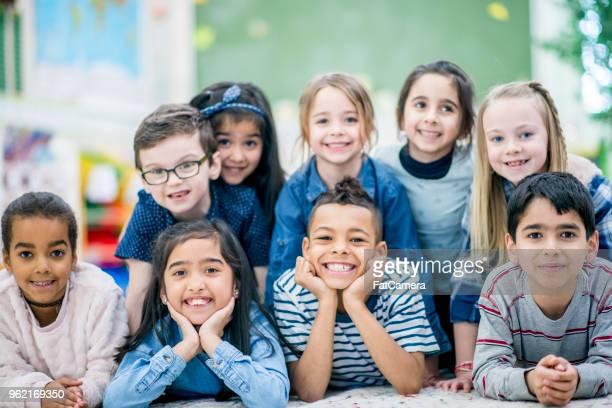 bambini in posa per la foto - foto di classe foto e immagini stock