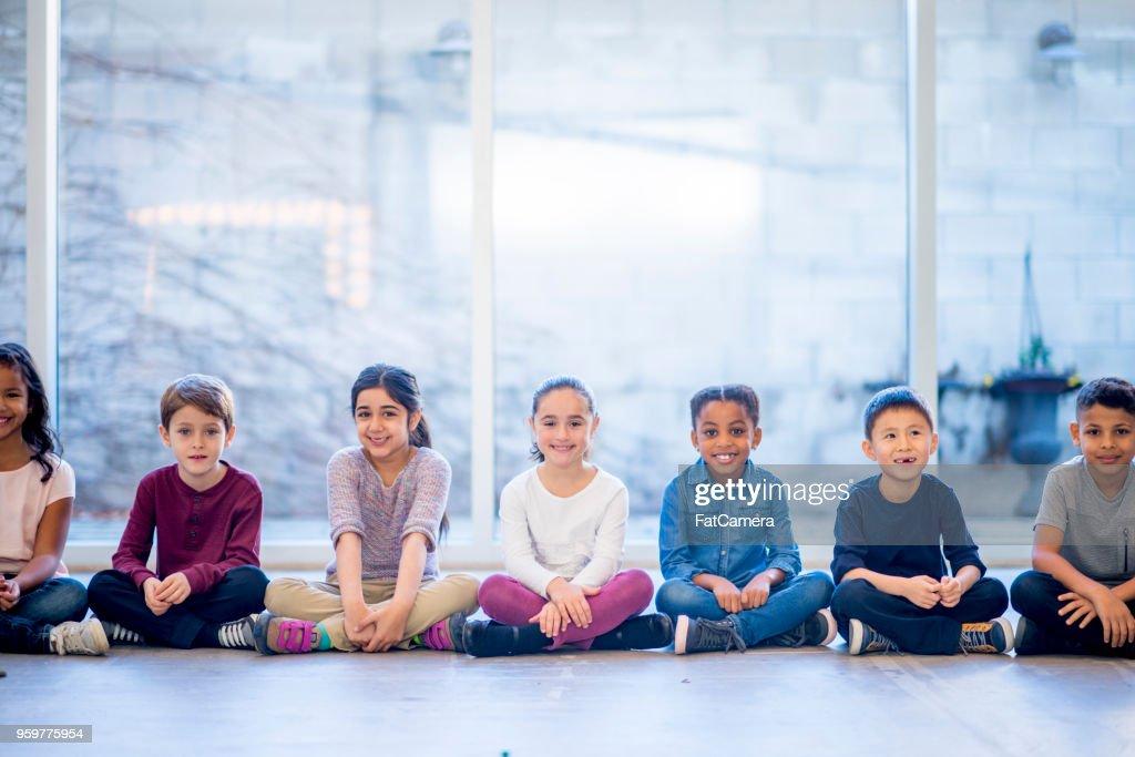 Kinder posieren im Klassenzimmer : Stock-Foto