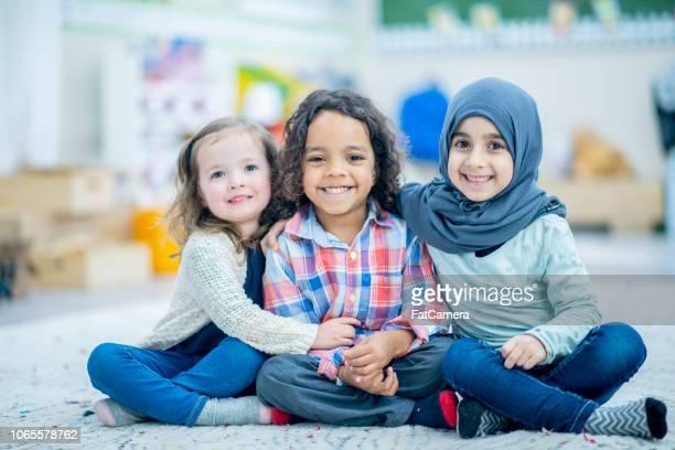 crianças posando juntos - imigrante - fotografias e filmes do acervo