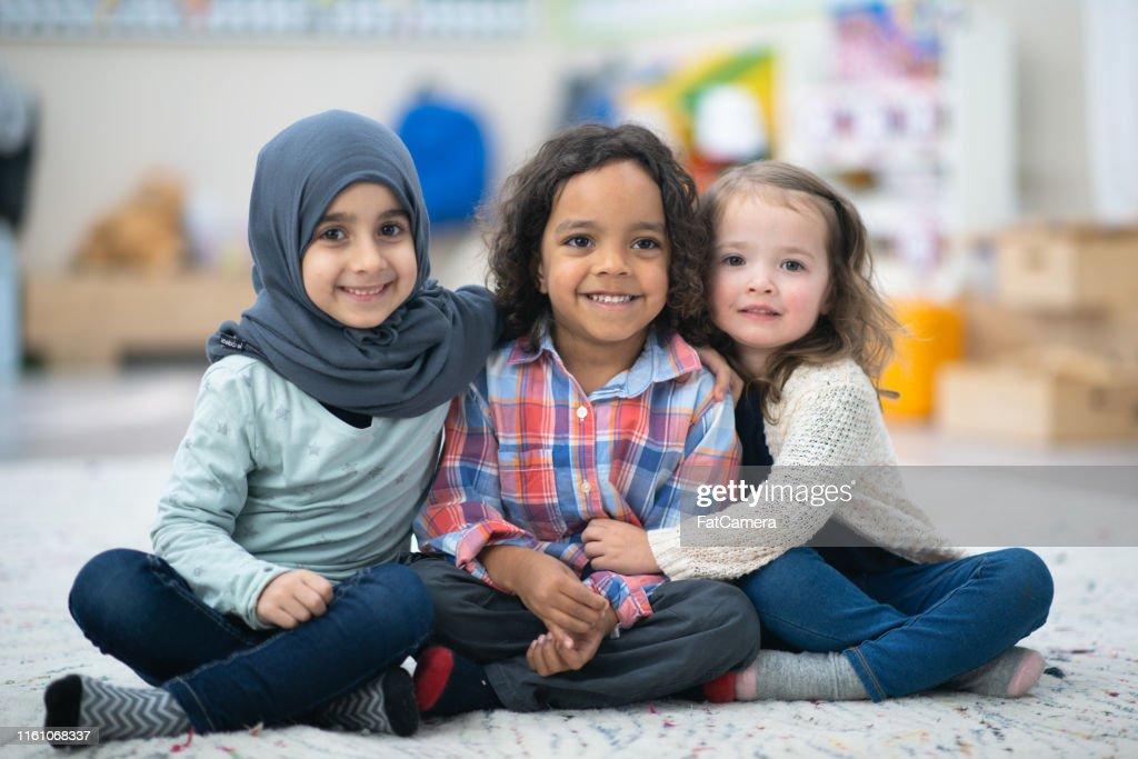 一緒にポーズをとる子供たち : ストックフォト