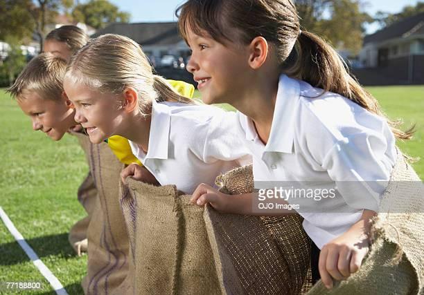 Kinder-Kartoffel-sack racing