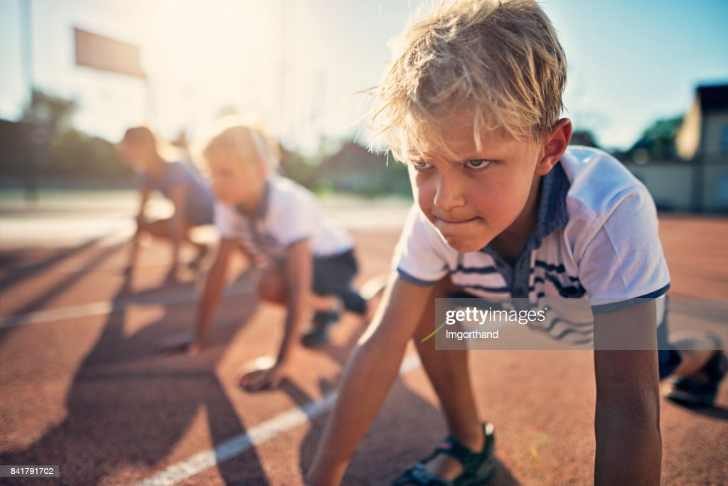 Niños preparándose para pista corren carrera : Foto de stock