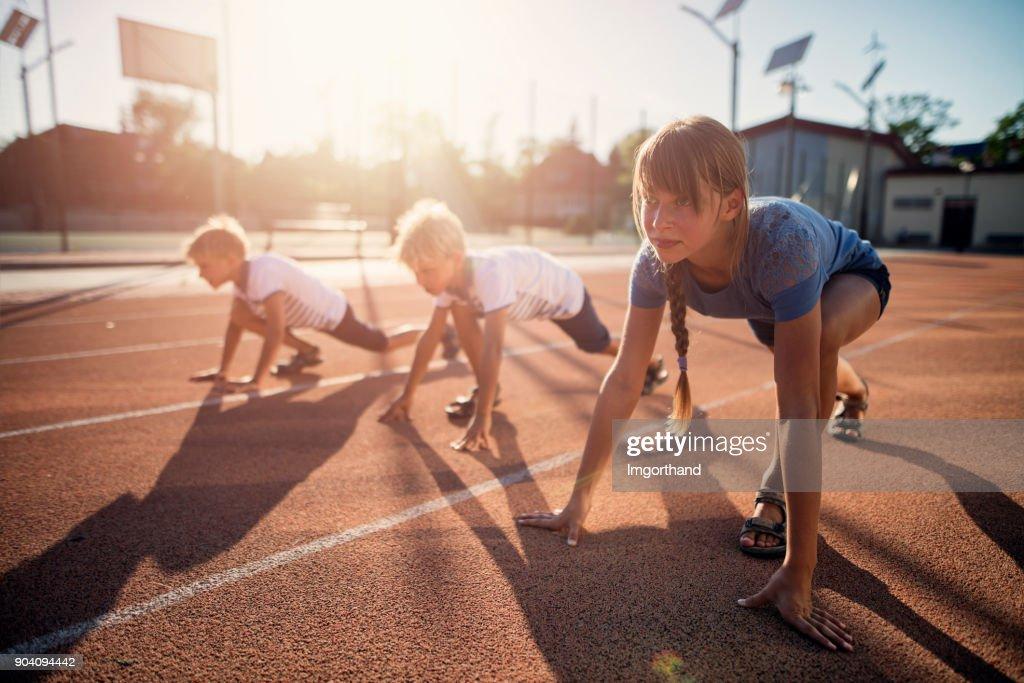 Crianças, preparando-se para as pistas de corrida : Foto de stock