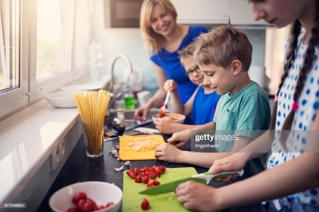 Crianças, preparando o almoço : Foto de stock