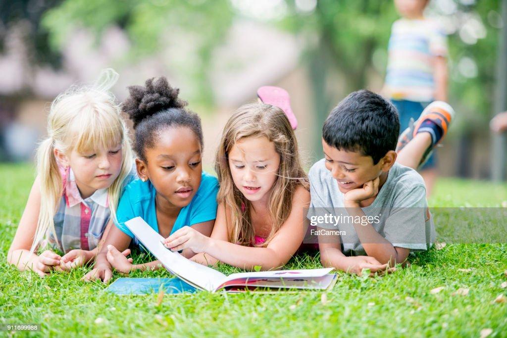 Lectura de los niños : Foto de stock