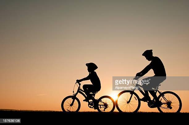Enfants prendre leur vélo durant une soirée d'été-je