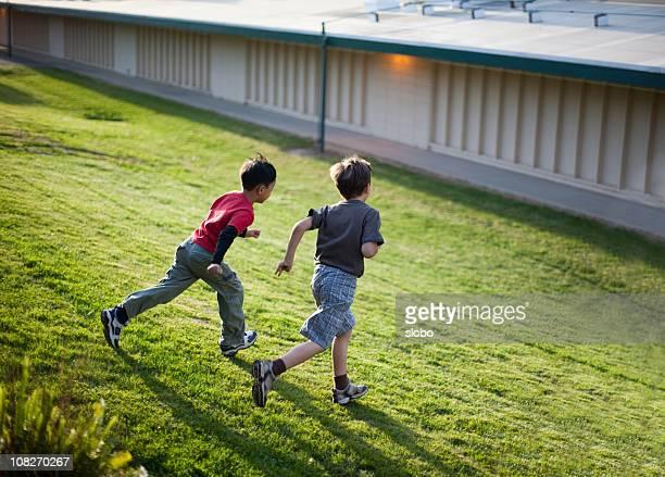 お子様に走るザヒル - 男子生徒 ストックフォトと画像